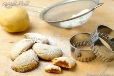 Mezzelune dolci ripiene dei biscotti semplici da preparare e davvero deliziosi. Li preparo spesso per la colazione, la merenda e lo snack dei miei cari