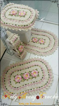 What fabulous Christmas holiday overkill! A crochet bathroom toilet and rug set. I actually tried to imagine out a similar pattern last year. Crochet Mandala Pattern, Crochet Flower Patterns, Crochet Stitches Patterns, Crochet Designs, Crochet Flowers, Crochet Gifts, Knit Crochet, Crochet Flower Tutorial, Donia