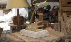Lampada da tavolo in ulivo e ottone, finitura naturale. Disponibile anche in finitura lucida.