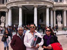El Marqués de Tacubaya con Toñito y la Patito en Bellas Artes después de la presentación del libro en el que fue antologado.