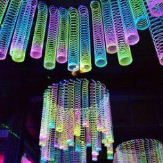Rainbow Glow-in-the-Dark Magic Springs - Halloween deko ideen - Party Glow In Dark Party, Black Light Party Ideas, Glow Stick Party, Decoration Vitrine, 13th Birthday Parties, Dance Party Birthday, 13th Birthday Party Ideas For Teens, Dance Party Kids, Dance Parties