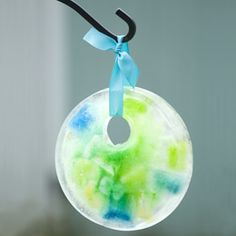 Winter Sun Catcher - This looks like a fun craft project to do with a toddler!