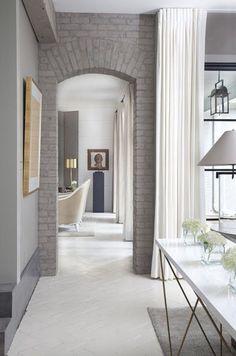 Не всегда межкомнатные двери уместны в интерьере. В таком случае дверной проем без дверей является единственным решением.