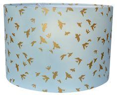 Mintgroene babykamer lamp met goud geprinte vogels erop.