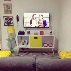 Nosso cliente Diego quis dar um up na décor da sala e instalou os pezinhos palito de 30 cm no rack da TV. Visual retro moderno e colorido - mais do que aprovado! Compre seu pé palito sem sair de casa www.Agnolias.com.br (link na bio) #pépalito #pémesa #péinclinado #retrô #vintage #colorido #reforma #criatividade #presente #colors #palito #decorvintage #instahome #sala #sofá #amo #quero #diy #diyprojects #diyideas #façavocêmesmo #mãonamassa