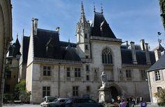 le Palais Jacques Cœur, chef d'œuvre de l'architecture civile gothique. Une visite s'impose à l'un des plus beaux édifices médiévaux de France