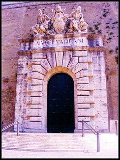 Puerta del los Museos Vaticanos Roma Italia