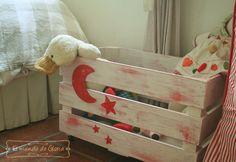 Juguetero de madera para el almacenaje de juguetes. Dispone de ruedas para facilitar su uso por los peques de la casa y está disponible en varias tonalidades.