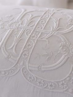 white linen with monogramme Embroidery Monogram, Lace Embroidery, Machine Embroidery, Embroidery Designs, Shabby, Textiles, Bordados E Cia, Fru Fru, Motif Floral