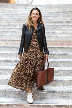 I recently discovered these genius little FBOMB nut butter and nut oil pouches that you can eat on-the-go straight from the pouch. Easy fall outfit idea for moms. How to wear a maxi dress in the fall. Simple Fall Outfits, Winter Fashion Outfits, Modest Fashion, Autumn Fashion, Casual Fall, Vestidos Animal Print, Animal Print Dresses, Leopard Print Outfits, Leopard Dress