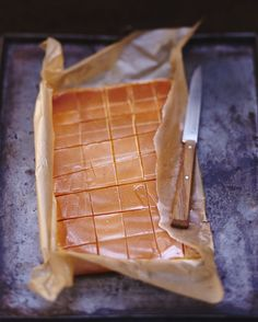 Salted Caramels Recipe: Heat the cream with the honey. Make a dry caramel with the sugar, i. Bonbon Caramel, Fudge, Caramel Recipes, Gourmet Gifts, Chocolates, Sweet Recipes, Sweet Tooth, Sweet Treats, Food Porn