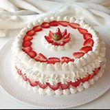 Finalmente venerdì!  Se nel #weekend avete più tempo da dedicare alla cucina, lasciatevi ispirare dalla mia torta SOSPIRO ALLE FRAGOLE  e portate in tavola bellezza e bontà  Ricetta sul blog www.lacuocadentro.com  Link diretto in bio  @assuntapecorelli