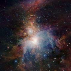 Nébuleuse d'Orion La nébuleuse d'Orion observée par le télescope infrarouge VISTA de l'ESO au Chili. La nébuleuse se trouve à 1350 années-lumière de nous et contient des centaines d'étoiles en train de se former. Crédit : ESO/J. Emerson/VISTA