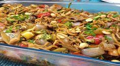 300g espaguete do fininho  - 1 cebola grande picada em pedaços médios  - 1 colher de sopa de óleo  - 1/2 maço pequeno de brócolis  - 1/2 maço pequeno de couve-flor  - 250 ml de molho para yakissoba  - 6 colheres de sopa de molho shoyo  - 400g de tirinhas de carne ( mignon, patinho ou alcatra) ou de frango  - 100 g de champignon  - 1 cenoura cortada em rodelas médias  - 250ml de água  - 1 colher de sopa de maisena diluída em 50ml de água  - acelga ao seu gosto