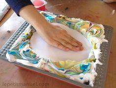 * Eieren versieren met scheerschuim en kleurstof of verf met water.