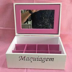Caixa de maquiagem em MDF pintada de branca, com divisorias e moldura do espelho pintadas de rosa. Já vem com o espelho.