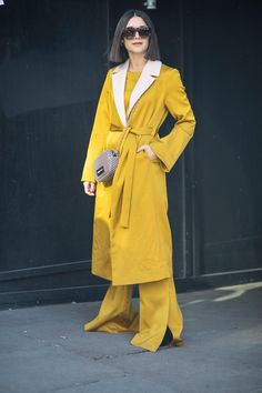 Gli Arcani Supremi (Vox clamantis in deserto - Gothian): London Fashion Week Fall 2018 street style Autumn Street Style, Street Chic, Red Coat Outfit, London Fashion Week 2018, Colour Combinations Fashion, Yellow Fashion, Trends, Colourful Outfits, Elegant