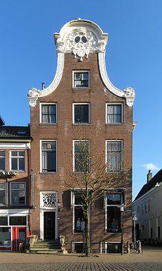 De gevel van het imposante stadspaleis van de heer van Bierum, Vismarkt 40. – Foto: Wikimedia Commons
