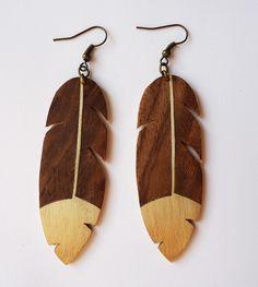 Grande boucle d'oreilles Plume en bois et métal : Boucles d'oreille par madouchka