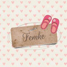 Lief vintage geboortekaartje Femke met hartjes achtergrond en bruin etiket met nietje en daarop de naam in sierlijke letter.  Bovenop schattige roze babyschoentjes met bloemen.