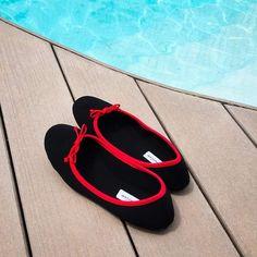 ... comme à la piscine, on enfile ses ballerines en néoprène ACQUAFEET CARDO x @bagllerinaparis ! Elles se rangent facilement dans nos sacs en se pliant en deux et protègent nos pieds élégamment  Disponibles en rouge, orange et kaki, du 37 au 40.