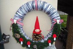 Corona di fiori. Corona di filato grigio decorato con un elfo di Natale Pigna, lichene sintetico, piccole pigne, funghi, nastro e bottoni in legno. on Etsy, 22,00€