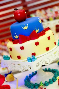 Snow White birthday parties are hot! Look at the tiny little blue birds! Pretty Cakes, Cute Cakes, Snow White Party Supplies, Snow White Cake, Party Deco, Snow White Birthday, Disney Cakes, Fancy Cakes, Creative Cakes