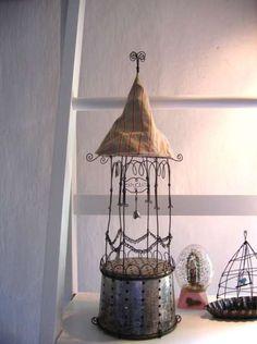 The Constant Gatherer: De Beaux Souvenirs Wire Crafts, Diy And Crafts, Arts And Crafts, Wire Art Sculpture, Wire Sculptures, Art Fil, Creative Textiles, Bird Cages, Chicken Wire