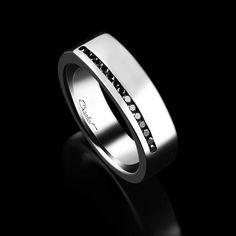 La Chevalière Perfect est réalisée avec 15 diamants noirs (0,15 carats), sertis en une ligne perpendiculaire au doigt.