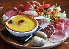 Recette à base de fromage Abondance. Plat traditionnel de la Vallée d'Abondance, le Berthoud, accompagné de charcuterie et de patates.