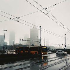 """Kiedy Maria Janion mówiła że Warszawa jest """"taka brzydka"""" Maria Żmigrodzka odpowiadała że """"to przecież nie jej wina"""". Dzień dobry szare miasto. Doom & Gloom.  #igerswarsaw #vzcowarsaw #vzcopoland #gloomy #wtorek #deszcz #rainy #warszawa #warsaw #pkin #architecture #urban #pałackulturyinauki #pałackultury #igerspoland #mgła #smog #mariajanion #instawarsaw #stolica #stolicawarsaw"""