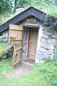 Huisje eigenlijk in de grond gebouwd. In de buurt van Hästmahult Smaland. Zie de dubbele deuren voor de kou. Midden 1800 voor de armste mensen.