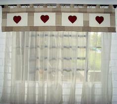 tampo e patchwork, manta de fibra, forro, bordado em aplicação de corações, quiltado. e cortina de voal com presilhas e argolas plásticas. R$145,00