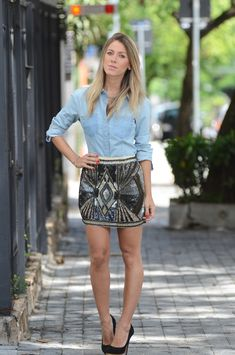 Street Fashion & Details That Make the Difference Saint Tropez, Casual Chic, Moda Blog, British Style, Denim Shirt, Fashion Details, Casual Looks, Leather Skirt, Ideias Fashion