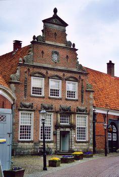 """Palthehuis, Oldenzaal, Overijssel, Netherlands, gebouwd midden 17e eeuw. """"Historisch museum het Palthe-Huis is tot op de dag van vandaag een authentiek patriciërshuis gebleven met 18e-eeuwse stijlkamers. Een dergelijk huis is nergens in de Twentse steden in zo'n oorspronkelijke staat bewaard gebleven en is dus een unicum. Rond 1965 is er een nieuwe tentoonstellingszaal achter het huis gebouwd. Omstreeks 1980 werd het vervallen koetshuis gerestaureerd en weer in oude glorie hersteld."""""""
