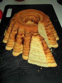 Zobacz zdjęcie Babka a'la sękacz. Robiłam wiele razy i za każdym razem wszyscy są zachwyceni, dlatego polecam innym. Spróbujcie, trochę czasu trzeba poświęcić, ale na prawdę warto! :)Smacznego! :)   Składniki: -3/4 szklanki mąki krupczatki -pół szklanki mąki ziemniaczanej -250g masła -6 jaj -szklanka cukru -50g startych migdałów -łyżka rumu lub odrobina aromatu rumowego -aromat waniliowy  Przygotowanie: Masło utrzeć z cukrem na puch. Nadal ucierając dodawać kolejno po 1 żółtku, rum…
