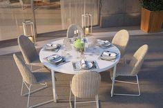 Spazio Schiatti suggerisce tra i vari tavoli per esterni e non, di Atmosphera, Flair. Si tratta di un tavolo dalla struttura in alluminio, bianco, con il piano in Hpl, disponibile in varie misure e forme