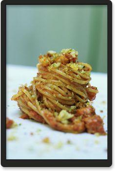 Linguine al sugo di baccalà con salsa di noci e mollica fritta