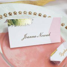 Eleganckie winietki w najmodniejszym motywie różowego złota to piękny dodatek na stół weselny. Winietki nie tylko są elegancką dekoracją, ale też praktycznym dodatkiem dla gości!  #wesele #podziekowaniedlagosci #kolekcjaslubna #slub #dodatkislubne #dekoracjeslubne Place Cards, Place Card Holders