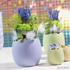 Frühlingsdekoideen: Blumen zu Ostern in Pastellfarben - Keramikei mit Blumengesteck
