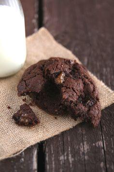 Questi cookies al cioccolato e caramello sono una vera droga: impossibile fermarsi a un piccolo assaggio! Ho usato delle caramelle mou tagliate a pezzettini ma, dopo la cottura, il sapore del caramello non si sente per niente. Vi consiglio di tagliare le caramelle a metà e di inserirle al centro del cookie in modo da avere un cuore fondente al caramello. Ricetta estratta dalla rivista francese Zeste. Ingredienti per 2 dozzine di cookies: 125gr di cioccolato fondente, 150gr di farina, 30gr di…