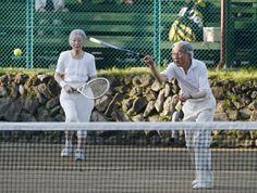 皇后さま 画像集テニスを楽しまれる両陛下 思い出のテニスコートでテニスを楽しまれる天皇、皇后両陛下=27日午後、長野県軽井沢町の軽井沢会テニスコート  撮影日:2013年08月27日