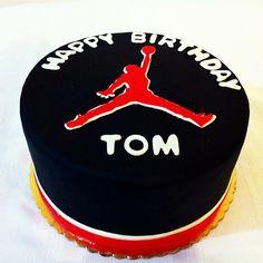 """Michael Jordan """"Jumpman"""" cake by Simpy Sweet Creations Торт С Майклом Джорданом, Идеи Для Татуировок, Торт, Мини Пирожные, Торт На День Рождения, Вкусные Торты"""