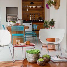 Cada vez mais bonitas e equipadas, elas são o lugar perfeito para receber os amigos, relaxar e preparar refeições. Muito além de churrasqueiras, agora elas têm coifas e cooktops, móveis caprichados e decoração fantástica. Veja 5 projetos que dão um banho em qualquer cozinha