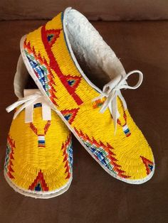 Yellow beaded moccasins on brain tanned buckskin by Scott Sutton Indian Beadwork, Native Beadwork, Native American Beadwork, Native American Indians, Native American Moccasins, Native American Clothing, Moccasins Outfit, Baby Moccasins, Powwow Regalia