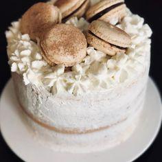 Berry almond naked cake with berry pastry cream filling and vanilla whipped cream #nakedcake #almondcake #pastrycream #chocolatemacaron…