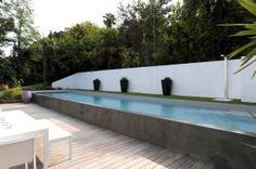 piscine hors sol sur la longueur du jardin