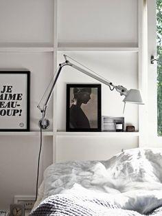 ansprechende Schlafzimmereinrichtung weiß schwarz Wandbilder Akzente