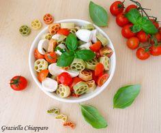 Insalata di pasta tricolore con pomodoro e mozzarella: una fresca e colorata insalata di pasta, ideale da preparare in anticipo e conservare in frigo!