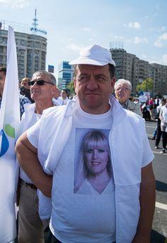 Ghid de candidați antipatici: Elena Udrea vrea să pară din popor, dar îi iese din topor   VICE Romania